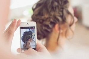 Fotograf Ann - Bryllupsfotografering før kirken ved bruden