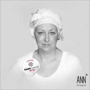 Fotograf Ann støtter KNÆK CANCER med 10,000 kr